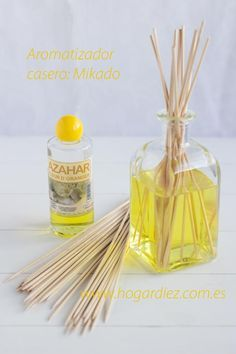 Aromatizador casero: Mikado Más ✫♦๏༺✿༻☼๏♥๏花✨✿写☆☀🌸✨🌿✤❀ ‿❀🎄✫🍃🌹🍃❁~⊱✿ღ~❥༺✿༻🌺☘‿SA Mar ♥⛩⚘☮️ ❋ Rose Essential Oil, Essential Oil Perfume, Diy Christmas Ornaments, Glass Ornaments, Limpieza Natural, Power Clean, Home Spa, Glass Containers, Bath Salts
