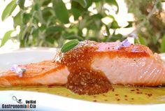 Estamos preparando un salmón marinado al jengibre con un parte de un hermoso salmón que compramos, ya os contaremos cómo sale, de momento, el plato que os queremos mostrar es en el que ha sido empleado el resto del pescado, Salmón con salsa cremosa de piña y tapioca de soja. Esta receta conjuga sabores de forma equilibrada, piña, jengibre, cilantro, soja… todos juegan muy bien con este pescado, convirtiendo el salmón con salsa en un festín para el paladar. Probadlo, y hacedlos combinando…