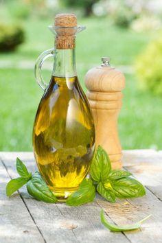 Příprava bazalkového oleje není žádná věda. Foto: Preserves, Vinegar, Mustard, Herbalism, Detox, Food And Drink, Herbs, Drinks, Health