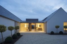 New build house in Co. Carlow, completed The H plan form, making two open courtyards, maximises light and views while placing the double height hallway at the heart of the house. The form of buildings echoes low eaved and grounded. Bungalow Extensions, House Extensions, Modern Barn House, Modern House Design, House Designs Ireland, Cottage Extension, Bungalow Renovation, Bungalow House Design, Modern Bungalow Exterior