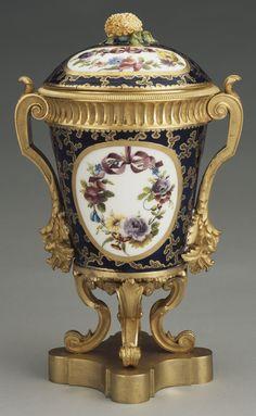 Sévres Porcelain (France) — Vases chapeiet.  Gilt, Bronze, c.1764-1772 : Royal Collection Trust, Her Majesty Queen Elizabeth II, UK   (1232x2000)