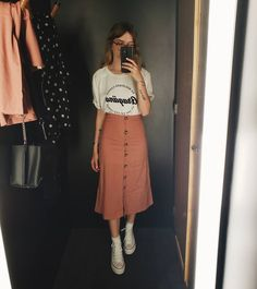 Outfits hermosos con faldas midi para darle un descanso a tus jeans - Anziehen - Beautiful outfits with midi skirts to give your jeans a rest Modest Outfits, Modest Fashion, Trendy Outfits, Cool Outfits, Fashion Outfits, Fashion Skirts, Outfits With T Shirts, Fashion Clothes, Lazy Outfits