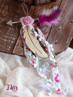 Μπομπονιέρα boho κρεμαστή με ξύλινο φτερό, βαμβακερό λουλούδι, πομ πον και χρωματιστά φτερά. Μήκος φτερού: 14εκ. Τιμή: 2,50€ με 5 κουφέτα αμυγδάλου ή σοκολάτας piccolino χατζηγιαννάκη