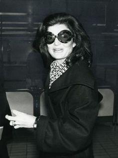Jacqueline Kennedy Onassis arrives in London on June 22, 1975