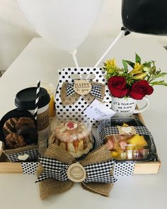 Breakfast Basket, Breakfast Tray, Birthday Breakfast, Gift Bouquet, Candy Bouquet, Cute Gifts, Diy Gifts, Gift Box Birthday, Surprise Box