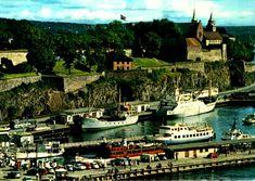 Oslo Rådhusbrygger, Utstikker A og B, og nordre Akershuskaia Fraktfartøy, Nesoddbåter, småbåter ved bryggene. Bryggeliv. Havneskur. Buss, biler. Akershusstranda. Akershus slott og festning 1960-tallet