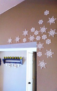 The Happy Homebodies: DIY Holiday Decor-snowflake wall hangings such a cute ide Diy Christmas Fireplace, Christmas Room, Christmas Projects, Christmas Holidays, Office Christmas Decorations, Holiday Decor, Wall Decorations, Frozen Christmas, Homemade Christmas