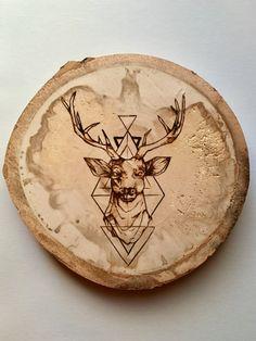 Este diseño fue quemado en un disco de madera natural, cortado de un árbol de álamo temblón del hermoso bosque de Black Hills, hogar de los ciervos de mula majestuosos. Este bloque es 8.5X8.5 pulgadas y 1 pulgada de espesor.