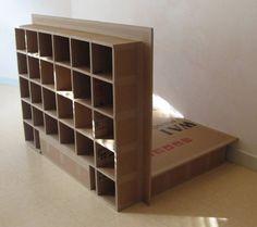 Pequena estante feita de papelão.