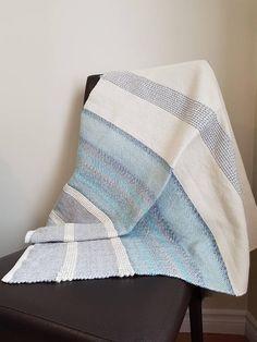 Couverture de bébé tissée bleu marbré gris blanc Nautical Mile, Weaving Projects, Baby Warmer, Acrylic Wool, Weaving Techniques, Bed Sheets, Color Patterns, Towels, Weave