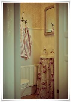 671238bfc226 Madame Petite - Photography - Styling  A small toilet ... in an English