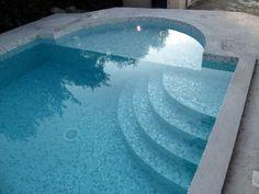 Escalier avec finition mosaîque réalisé par Marinal, constructeur de piscine en béton.