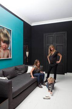 Dans la pièce familiale, une photo de Jill Greenberg au-dessus d'un canapé de la ligne SL, profond et confortable, «idéal pour regarder un bon film». Détail de la chambre de Sarah, photos d'une famille « hors cadre ».