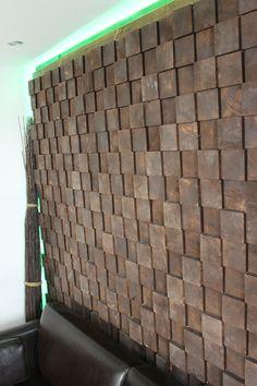 Wandverkleidung aus Holz bestehend aus 560 Holzklötzen in 3 verschiedenen stärken. Sowie indirekte Beleuchtung. Made by GTN Design (Benedikt Grundgeiger)