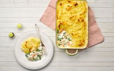 Hearty fish pie made with philadelphia cream cheese Empanada, Fish Dishes, Seafood Dishes, Slimmers World Recipes, Cream Cheese Recipes Dinner, Philadelphia Recipes, Supper Recipes, Yummy Recipes, Recipies