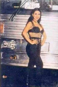 Selena in front of Big Bertha before concert which the concert video is super rare (rare picture) Selena Quintanilla Perez, Selena And Chris, Selena Selena, Selena Pictures, Role Models, Youtubers, Celebs, Singer, Actresses