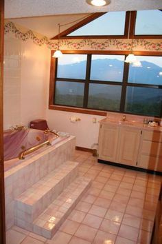 LECONTE SUNRISE-A honeymoon/anniversary suite decorated in sunny colors.