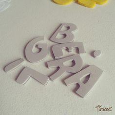 As letras que eu faço para colocar nas guirlandas, faço da seguinte maneira:   Risco primeiro o molde no feltro, recorto e reservo.         ...
