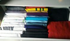 Camisetas masculinas  organizadas na gaveta