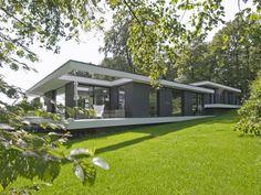 Maas Architecten » woonhuis barchem ------ Mooie compositie: verspringingen worden rustig opgevangen door witte balken met plint. Daarnaast mooie warme kleur donker.