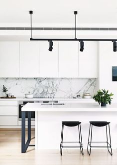 It's time to turn your space into a happy home. white kitchen design is the classic one always. Modern kitchen organization would be the heaven of housewife or housemen, You will find some modern kitchen decor ideas via this gallery.