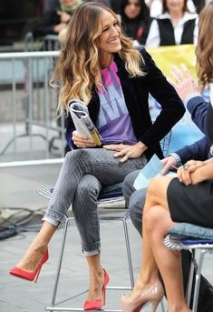 Sarah Jessica Parker media gallery on Coolspotters. See photos, videos, and links of Sarah Jessica Parker. Estilo Carrie Bradshaw, Carrie Bradshaw Outfits, Carrie Bradshaw Shoes, Cool Outfits, Casual Outfits, Look Jean, Look Boho, Kendall Jenner Outfits, Skinny