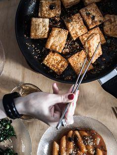Dennis hat mir beigebracht, wie knuspriger Tofu in der Pfanne so richtig geil gelingt. Außerdem haben wir koreanischen Spinatsalat und Tteokbokki gemacht. Ein Fest! Food from Friends ist ein Projekt, dass sich der Freude am Kochen und Essen in Gesellschaft widmet. Von Zeit zu Zeit besuche ich liebe Menschen oder Fremde, die ich gerne kennenlernen möchte und zusammen bereiten wir ein Lieblingsgericht zu. Das Resultat unserer Mühen findest du dann in Form einer kleinen Geschichte mit Rezept…