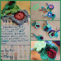 Sleutelhangers gemaakt voor de vriendinnen en de juf door Merel Maris. Ik heb hun op weggeholpen en voor de rest hebben ze het zelf gemaakt. de bloem en lieveheersbeestje staat hier beschreven: http://haakmaaraan.blogspot.nl/2015/06/bonus-patroon-voor-de-haak-maar-aan.html?utm_source=feedburner&utm_medium=feed&utm_campaign=Feed%3A+HaakMaarAan+%28Haak+Maar+Aan%29&m=1. De klavertjes groot en klein staat beschreven in het boek Sleutelhangers haken van Annemarie Arts.