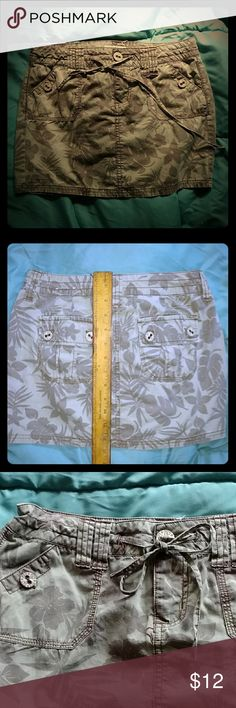 Drawstring 4 pkt skirt Great lightweight 100% cotton mini skirt, palm leaves print, drawstring w/belt loops in case you prefer belts. Says size 3,but it must be wrong - I'd never fit in a 3! All pkts have button closure. Very comfortable in summer. So Wear It Declare It Skirts Mini