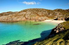 This might look like a Mediterranean sun-trap, but it's actually Achmelvich Beach in the Highlands of Scotland. Sutherland, to be precise. Jamaica Pictures, Beach Pictures, Hidden Beach, Scottish Highlands Map, Uk Landscapes, Cornwall Beaches, Scotland Road Trip, Ben Nevis, Viajes