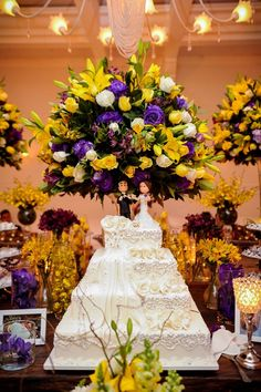 Decoração de casamento em amarelo e roxo: mesa do bolo no buffet Palazzo Oliva. Yellow Wedding, Dream Wedding, Wedding Day, Pretty Cakes, Beautiful Cakes, Wedding Bouquets, Wedding Cakes, Large Floral Arrangements, Yellow Cottage
