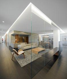 cloison en verre, plancher en bois et plafond blanc, intérieur d'hôtel contemporain