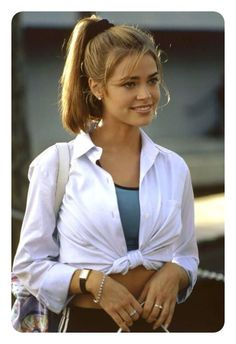 Okay Okay play 1998 Denise Richards Wild Issues Sport 90s Hairstyles, Hairstyles With Bangs, Halloween Hairstyles, Banana Clip Hairstyles, Look 80s, Aesthetic Hair, Aesthetic Light, Grunge Hair, Hair Looks