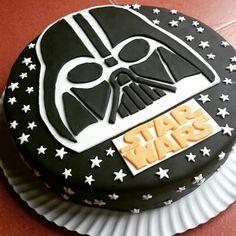 Segunda incursión en el mundo del fondant, para la fiesta familiar de Diego, en su 10 cumpleaños. Lado friki, Star Wars y nuestro favorito Darth Vader.