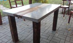 Betonový stůl kombinovaný se dřevem
