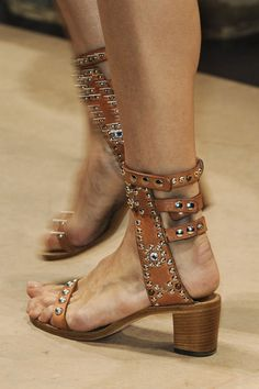 Brown Flats, Brown Heels, Trendy Shoes, Casual Shoes, Paris Fashion, Mens Fashion, Socks And Sandals, Classy Fashion, Isabel Marant