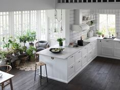 Black floors and white cabinets. Home Interior, Interior Design, Scandinavian Interior, Black Floor, White Cabinets, Kitchen Design, Kitchen Ideas, Home Kitchens, Kitchen Remodel