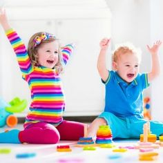 La estimulación ayuda al bebé a concentrarse en reconocer las sensaciones de su cuerpo y a aprender a autorregularse. Para llevar cabo una estimulación adecuada es necesario que el bebé cuente con sus padres o una persona de referencia que le brinde todo lo necesario para su bienestar. Ideas para estimular al bebé mes a mes, de 0 a 6 meses.
