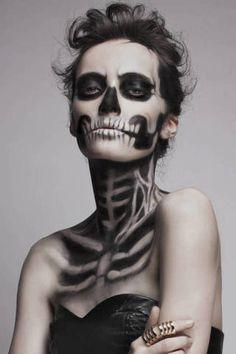 32 Totally Creepy Makeup Looks To Try This Halloween Pretty Skeleton Makeup, Skeleton Makeup Tutorial, Beautiful Halloween Makeup, Gothic Halloween Costumes, Halloween Makeup Looks, Halloween Skeletons, Halloween Make Up, Skeleton Costumes, Halloween Inspo
