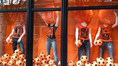 soccer,pinned by Ton van der Veer Soccer Center, Soccer Decor, Display Window, Football Fashion, School Colors, Window Ideas, Window Shopping, Visual Merchandising, Display Ideas