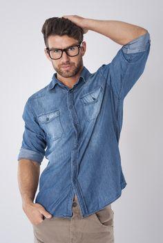 Resultado de imagen para con que color de pantalon combina una camisa de mezclilla hombre Denim Button Up, Button Up Shirts, Denim Shirts, Mens Fashion, Fashion Outfits, Vintage Fashion, Color, Moda Masculina, Men's