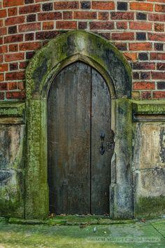 Sandomierz » Stare drewniane drzwi w ceglanym murze