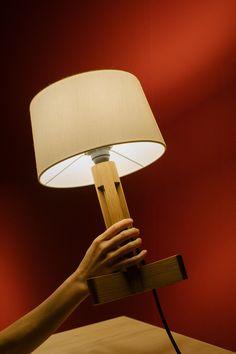 El reconocido diseñador Miguel Milá creó otra clásica lámpara para Santa&Cole, la luminaria de sobremesa FAD. Santa Cole, Wall Lights, Lighting, Home Decor, Create, Appliques, Decoration Home, Room Decor, Lights
