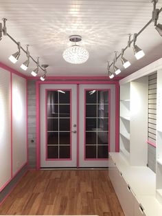 Building a Mobile Fashion Boutique Boutique Interior, Boutique Decor, Fashion Boutique, Boutique Ideas, Beauty Boutique, Paparazzi Display, Paparazzi Jewelry Displays, Paparazzi Accessories, Boutique Mobiles