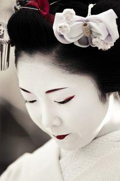 "Geisha means ""person of the arts"" and the first geisha were actually men. (Chasing Geisha Gion Shirakawa Yoizakura, Kyoto by Xiao Yang). Geisha Makeup, Geisha Art, Geisha Japan, We Are The World, People Of The World, Japanese Beauty, Asian Beauty, Georg Christoph Lichtenberg, Culture Art"