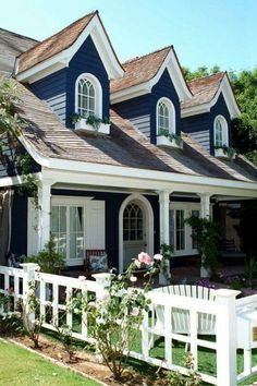 31 Ideas Exterior Paint Colora For House Cottage Cape Cod For 2019 Exterior House Colors, Exterior Paint, Exterior Design, Exterior Trim, Beach Cottage Exterior, Exterior Shutters, Style At Home, Cottage Homes, Cottage Style