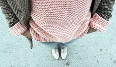 Look soft en clave casual fruto de combinar rosa y gris y complementos en tonos tierra. Abrigo, jersey y bluchers de Zara, jeans de Stradivarius y borsalino de Pull&Bear. La nota de color, el bolso en burdeos de Suiteblanco.
