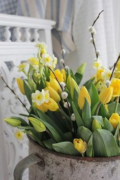 Flowers are amazing for spring décor and they also may be used for Easter decor. Easter Flower Arrangements, Easter Flowers, Fresh Flowers, Spring Flowers, Floral Arrangements, Beautiful Flowers, Container Flowers, Flower Planters, Vibeke Design