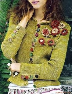 super green upcycle sweater with crochet flowers Knitting Patterns, Crochet Patterns, Altered Couture, Mode Inspiration, Crochet Clothes, Refashion, Knitwear, Knit Crochet, Boho