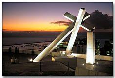 Cruz Caída, de autoria de Mário Cravo. Está localizada no Centro Histórico de Salvador.